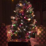 An artificial Christmas tree with both conventional and fiber-optic lights. Photo by Sean O'Flaherty aka Seano1. Source : Wikimedia Commons